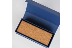 BOX-14 Boîte bleue marine en carton plat avec fermeture magnétique rétractable.